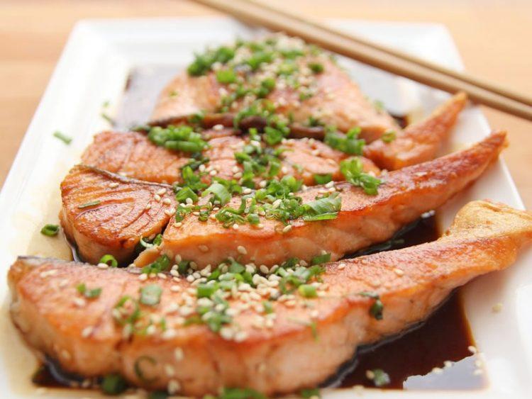 Вкусна и здрава салата со ориз и лосос