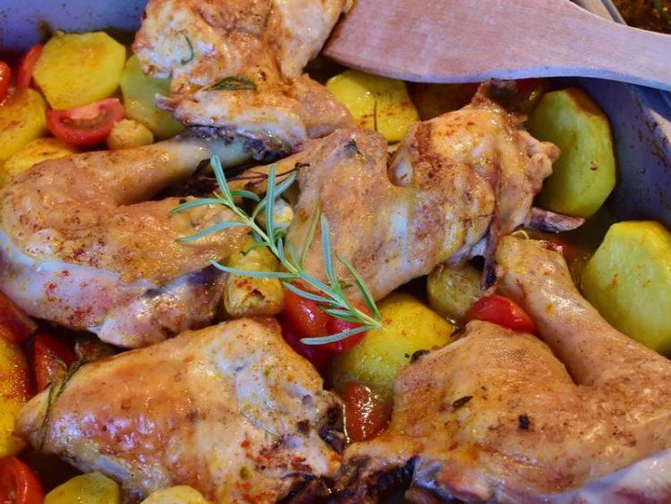 Мирисно пилешко со компир