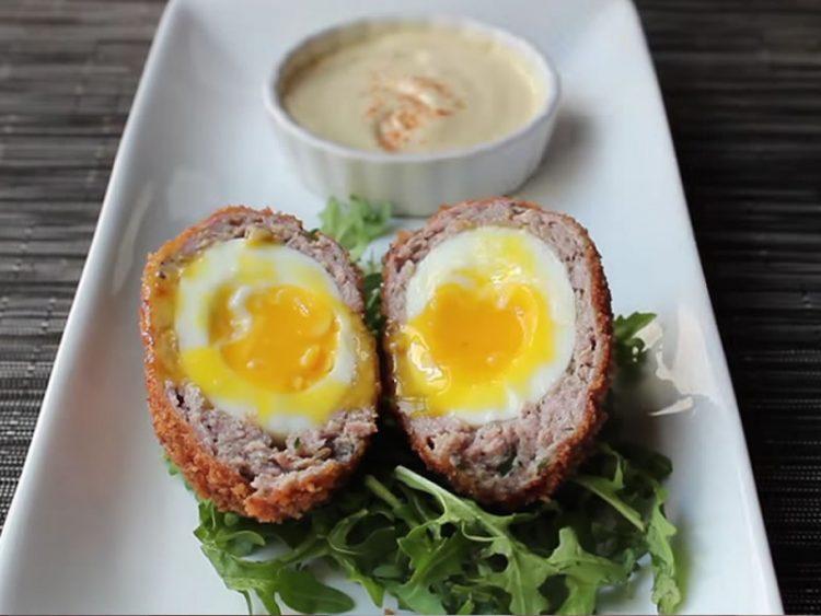 Еве како да направите ВКУСНИ шкотски јајца! (ВИДЕО)