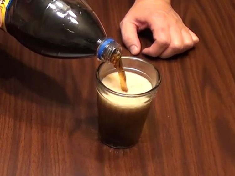 Еве како да избегнете пена во газираните пијалаци (ВИДЕО)