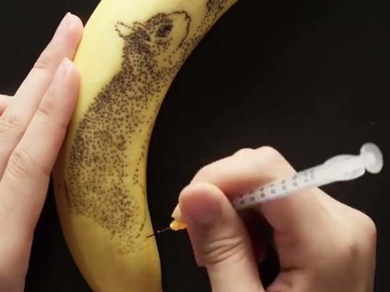 ВИДЕО: Никогаш не сме се сетиле на ова – погледнете што може со една банана