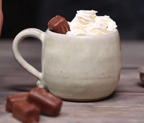 ВИДЕО: Зема Марс чоколади и ги растопи – ова е повеќе од десерт