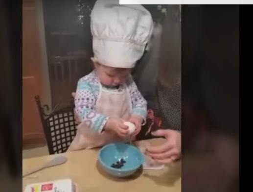 ВИДЕО: Му даде на детето јајце, а тоа сите ги изненади – мора да погледнете