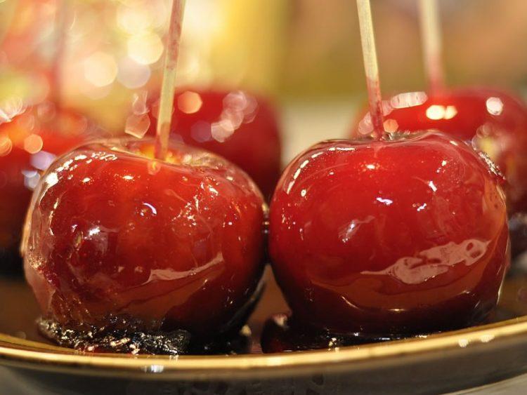 Јаболка со карамел и лешници