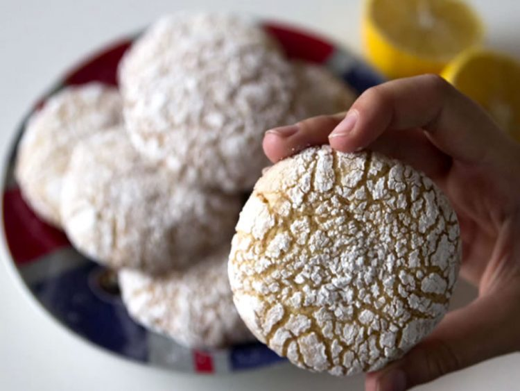 ЌЕ ВЕ ОСВОЈАТ: Неодоливи колачи со лимон (ВИДЕО)