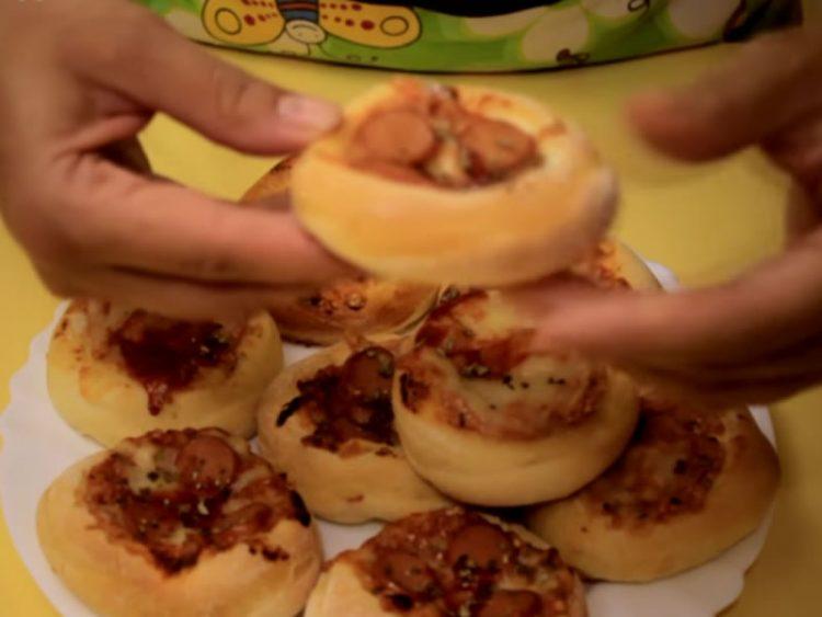 ВКУСНО МЕЗЕ: Еве како да направите мини пици (ВИДЕО)