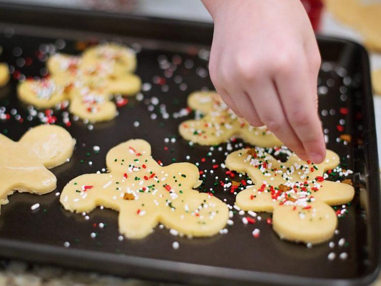 УЖИВАЊЕ ЗА ЦЕЛО СЕМЕЈСТВО: Еве како да направите неодоливи новогодишни колачиња!