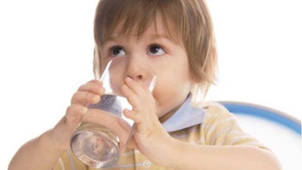 ВНИМАВАЈТЕ: Ова мора да го знаете пред да му дадете вода на бебето
