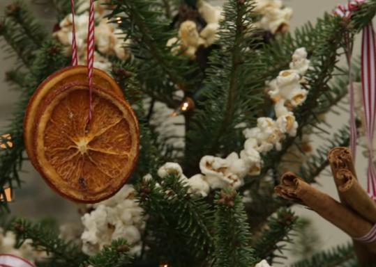 Снег од пуканки, портокали како лампиони – новогодишна магија со храна
