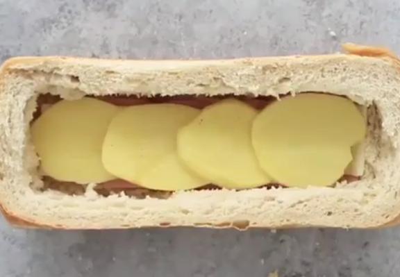 ВИДЕО: Исече компир и го стави во леб – ваква мусака не сте јаделе