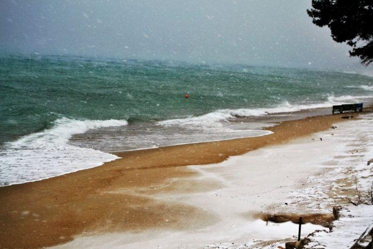 ВИДЕО: Закинтос и Скопелос покриени со снег – Зимска идила на грчките острови