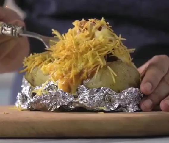 ВИДЕО РЕЦЕПТ: Завитка компири во фолија – повкусни не сте пробале