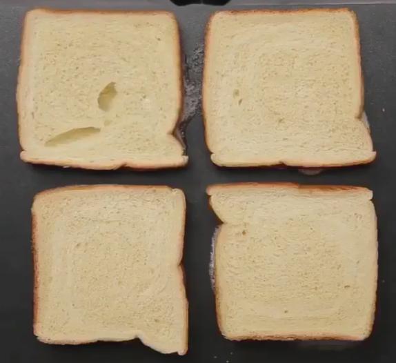 ВИДЕО: Топли и крцкави сендвичи за зимата – со путер го направи ова