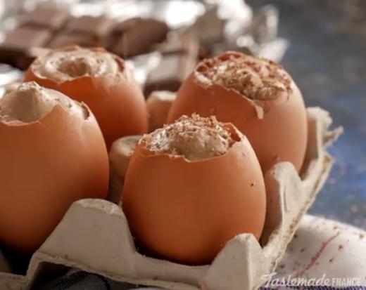 ВИДЕО: Го наполни шприцот па ги наполни лушпите од јајца – ова е десерт!