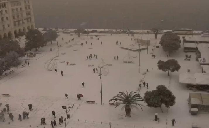 ВО ЖИВО: Погледнете како вее снег во центарот на Солун