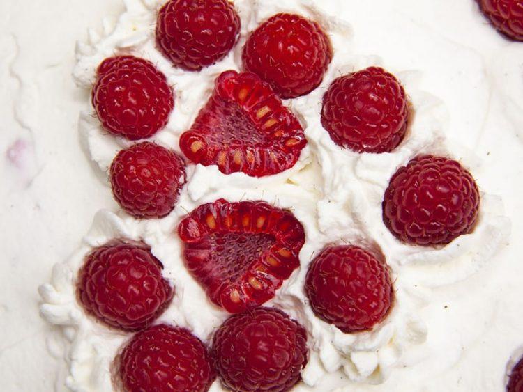 Кремаст мус од малини: Вкусен, лесен, освежувачки десерт