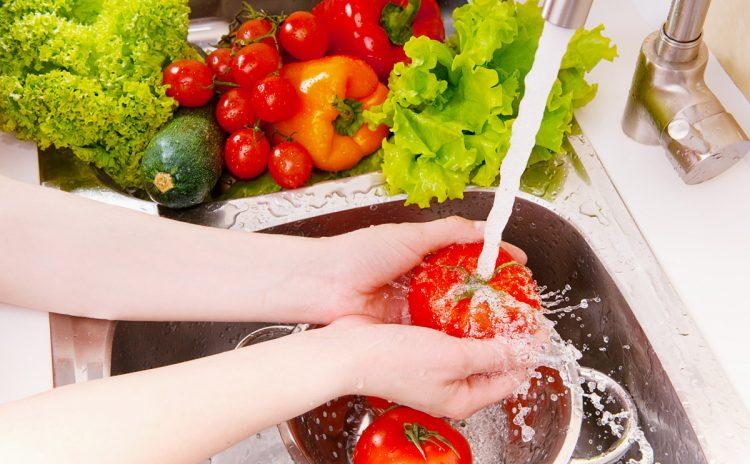 ЦЕЛ ЖИВОТ ПРАВИМЕ ПОГРЕШНО: Вака се мие овошјето и зеленчукот