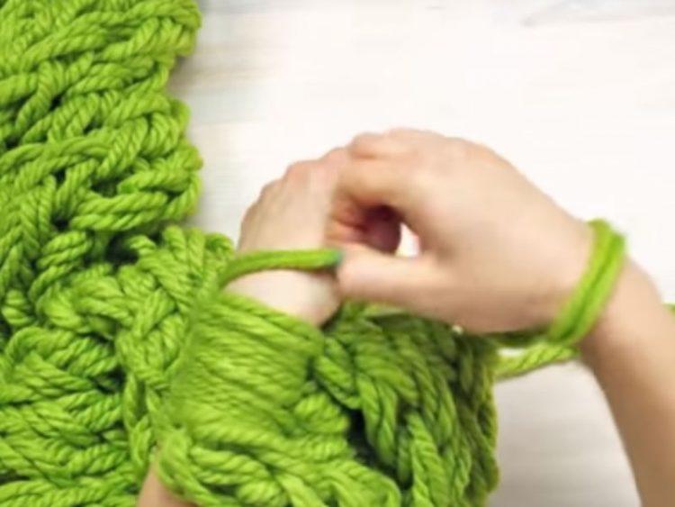 ВЕШТИ РАЦЕ: Сплетете уникатен шал за само 30 минути!