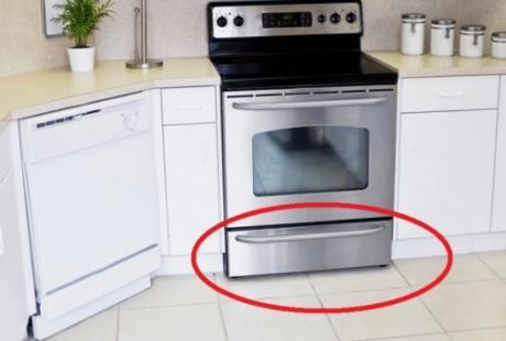 Цел живот ја користиме погрешно: Еве за што служи фиоката под шпоретот