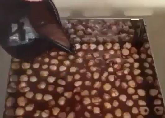 ВИДЕО: Го избоде тестото со вилушка па стави чоколадо и лешници – СОВРШЕНО