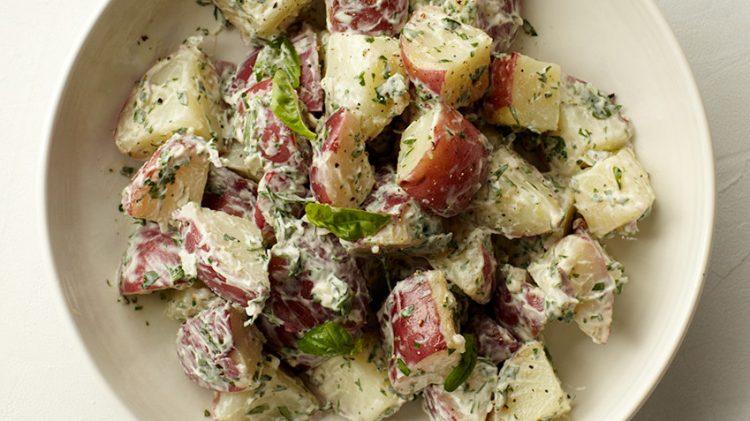Ќе заборавите на шопска и грчка: Мешана компир салата