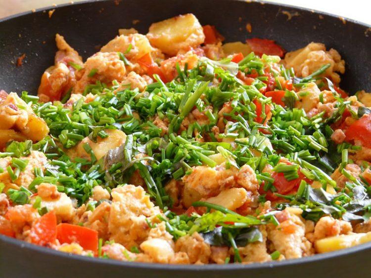 Крцкави компири од тава со лук и магдонос