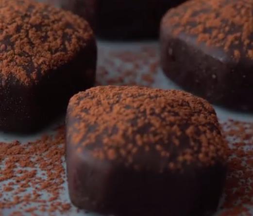 ВИДЕО ДЕСЕРТ: Вкусни коцки од кокос и чоколадо