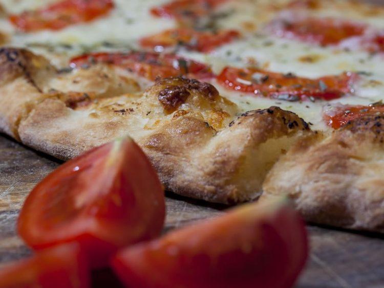 Домашно крцкаво тесто за пица: По рецепт на вистински мајстори!