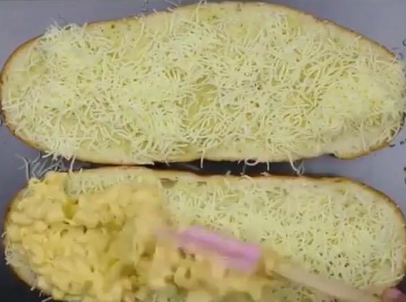 НЕМА ДА ВЕРУВАТЕ: Стави макарони на леб па кашкавал и сланина – го испече и го доби ова