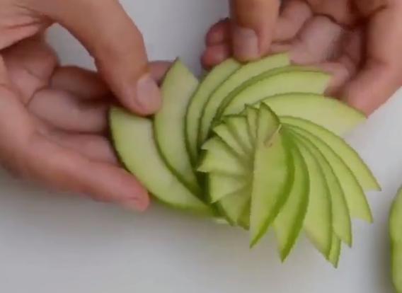 Ја исече јаболката па стави чепкалки – доби нешто совршено
