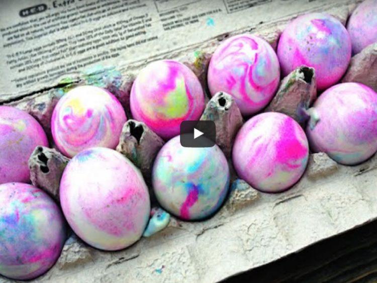 НОВ, МАГИЧЕН ТРИК: Вака се бојадисуваат најубави јајца! (ВИДЕО)