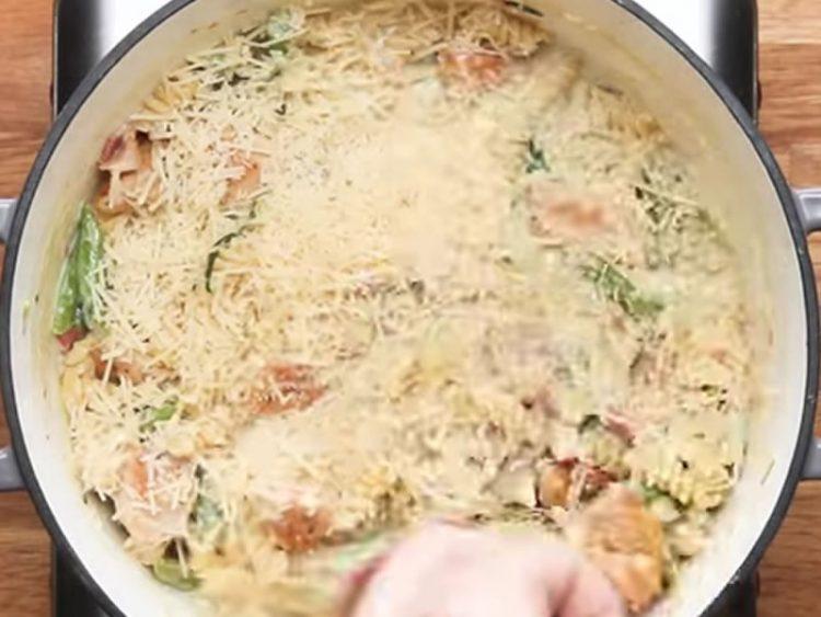 ВКУСНО И БРЗО: Ручек за цело семејство готов за 20 минути! (ВИДЕО)
