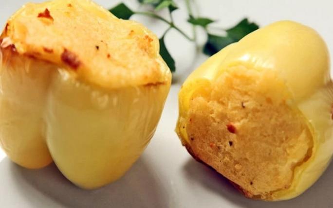 Вакви полнети пиперки не сте јаделе: Месото го замени со компир и кајмак, доби ДЕЛИКАТЕС