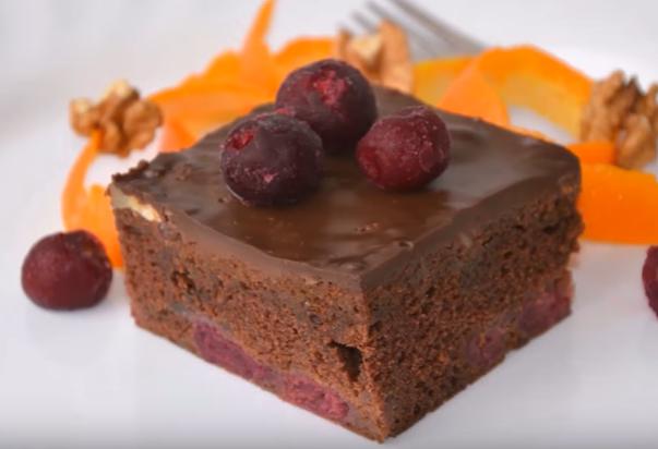 Мирисот е како рај: Колач со вишни и чоколадо
