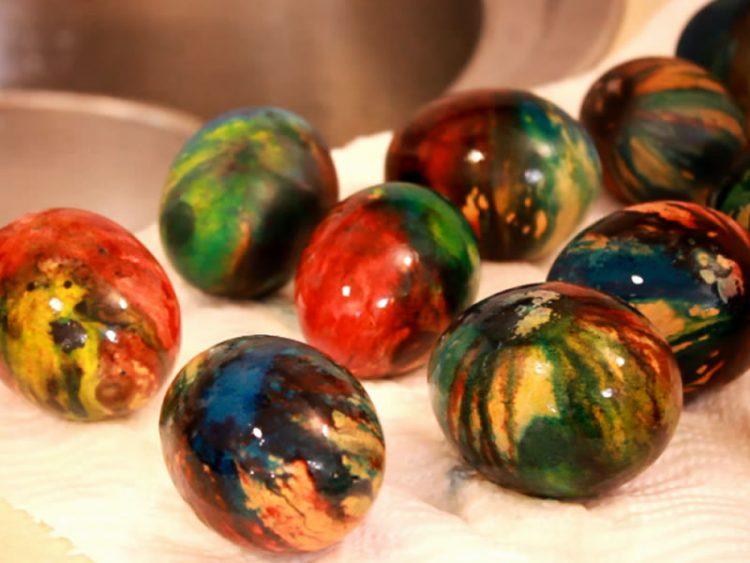 ВЕЛИГДЕНСКА ДЕКОРАЦИЈА: Еве како да бојадисате јајца на пареа (ВИДЕО)