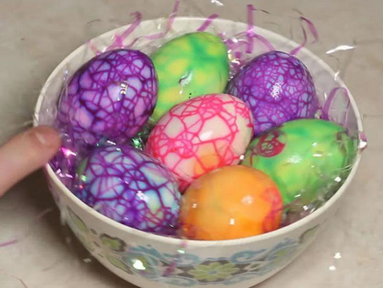 ВЕЛИГДЕНСКА УМЕТНОСТ: Нема да верувате како се бојадисани овие јајца! (ВИДЕО)