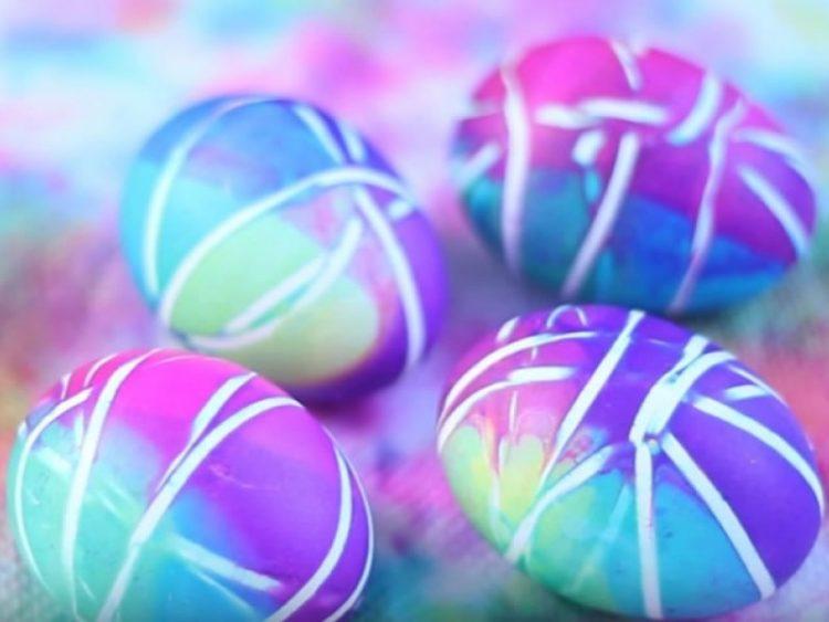 Најубави јајца без мака: Нашарајте ги со обични ластичиња, а потоа…