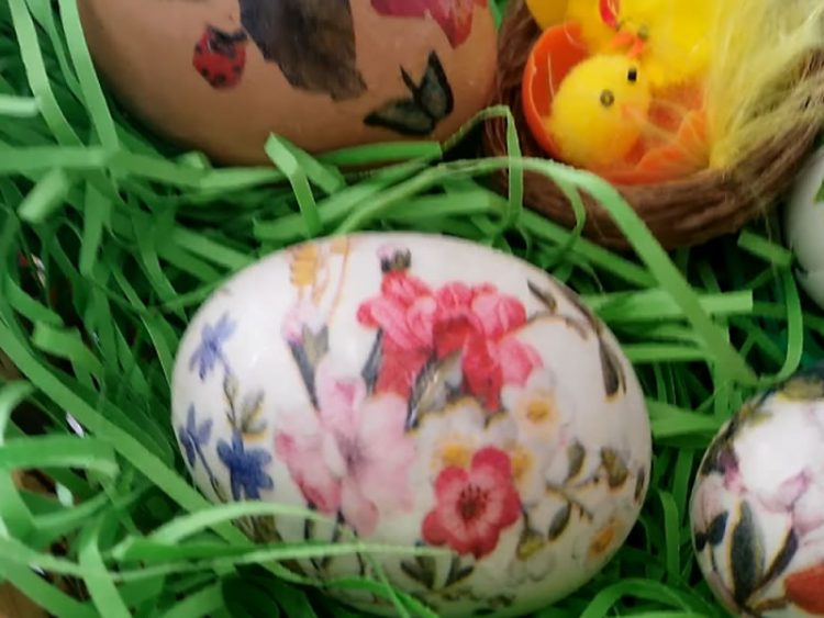 ВЕЛИГДЕНСКА ДЕКОРАЦИЈА: Еве како да украсите јајца (ВИДЕО)