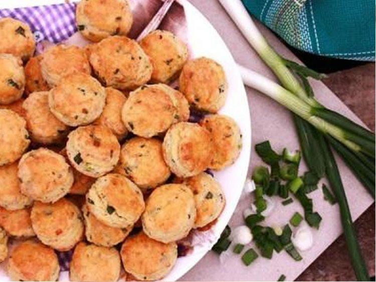 Погачици со млад кромид и сирење (ВИДЕО)
