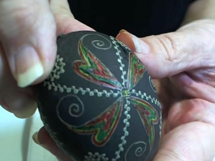 Магична техника на бојадисување Велигденски јајца со преубави орнаменти (ВИДЕО)