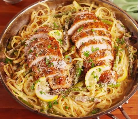 КРАЛ ВО КУЈНАТА: Сочно пилешко, моцарела и пармезан – оваа тава е нов ХИТ