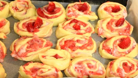 ДЕСЕРТ ИЗЛЕЗЕН ОД РАЈОТ: Ролнички со јагоди – немате пробано нешто вакво