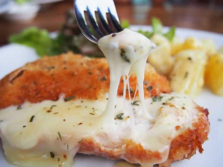 Уживајте во новиот вкус: Крцкави пилешки гради со крекери и сирење