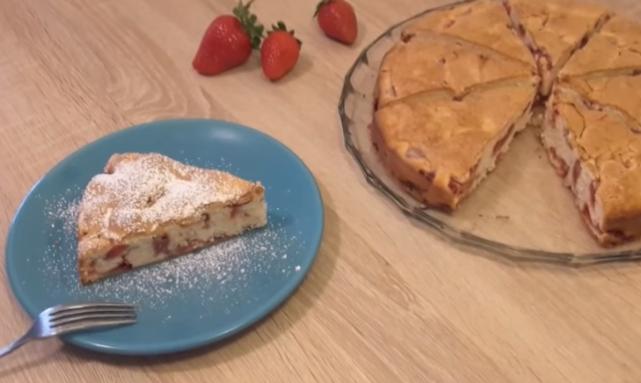 Десерт за 5 минути: Најбрзиот колач со јагоди – ЕВТИН И ВКУСЕН