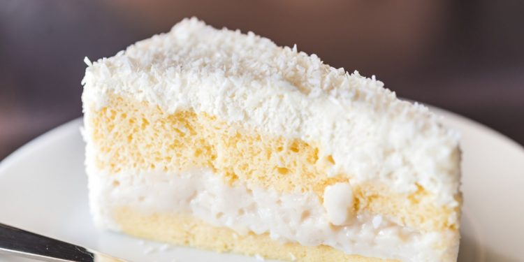 Сочен колач со кокос – нема јајца, нема маргарин, не треба ни миксер!