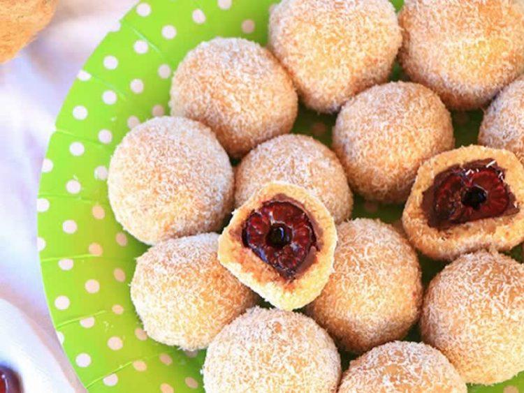 Брзи топчиња со цреши и кокос