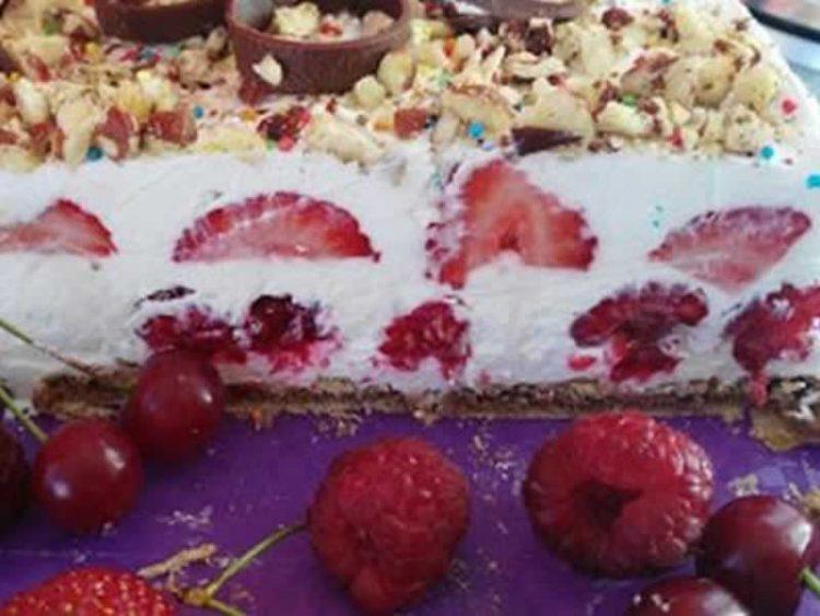 Брза овошна торта готова за 20 минути (ВИДЕО)