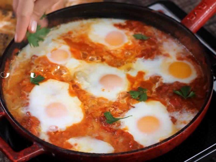 Деликатес: Пржени јајца во доматен сос