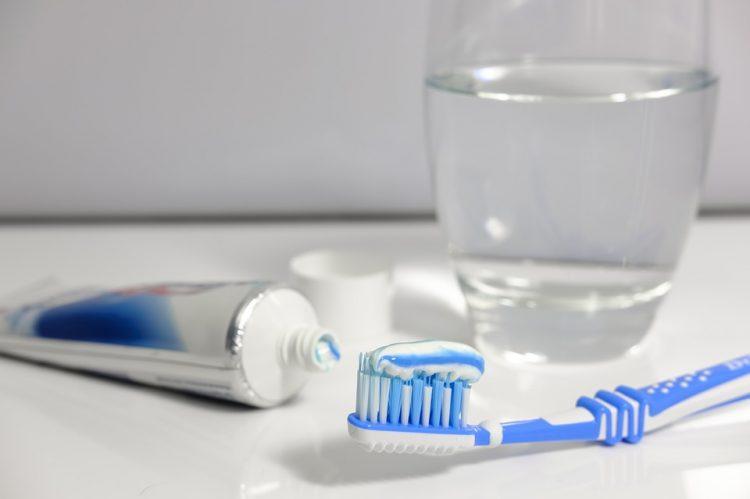 Четката за заби е полна бактерии – Исчистете ја темелно со една состојка од кујната
