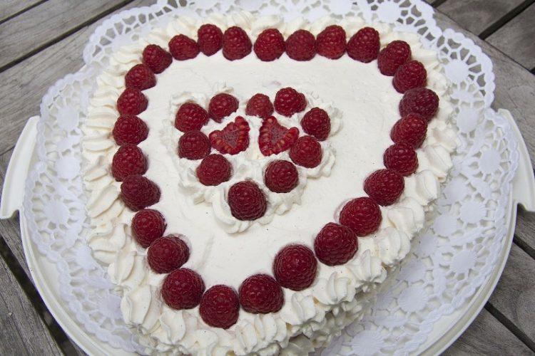 Специјална торта за сите вљубени во форма на срце – Рецепт со кој ќе ги изненадите саканите